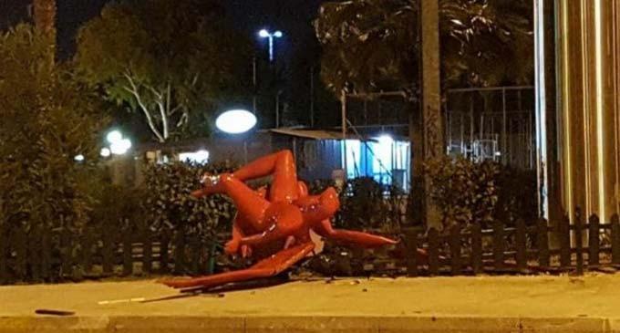 Γκρέμισαν το άγαλμα του Παλαιού Φαλήρου – «Έργο ανθρώπων και όχι των ανέμων» ξεκαθαρίζει ο δήμαρχος