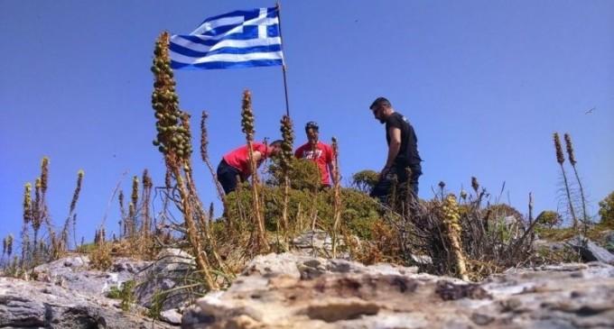 Οι Τούρκοι λένε ότι ειδοποίησαν την Αθήνα και στη συνέχεια κατέβασαν τη σημαία μόνοι τους