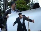 Μαξίμου: Διαμαρτυρία ΠΟΕΔΗΝ με πανό «πινόκιο» και τούρτα