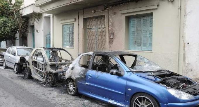 Έκαψαν τρία αυτοκίνητα σε Ηλιούπολη και Παλλήνη τα ξημερώματα