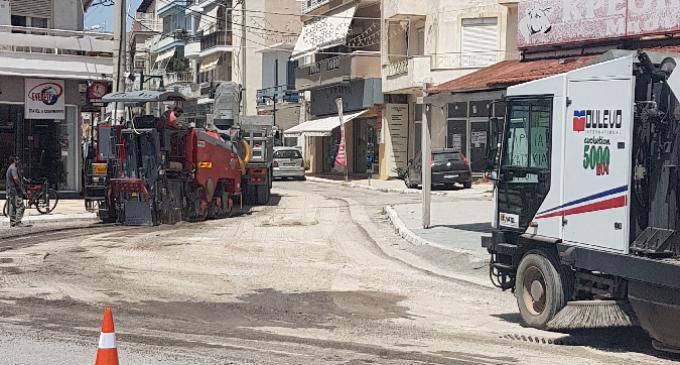 Σαλαμίνα: Με γοργούς ρυθμούς προχωρά η επίστρωση των δρόμων