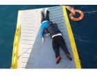 Εντοπίστηκε γυναίκα στη θάλασσα, 5 μίλια από τον Πειραιά – Καρέ καρέ η διάσωσή της από πλοίο (φωτο)
