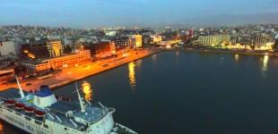 Νεαρός άνδρας βούτηξε από επιβατηγό πλοίο στο λιμάνι του Πειραιά