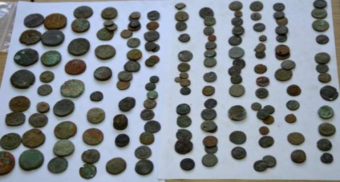 Αλβανοί διακινούσαν ελληνικές εικόνες και αρχαία νομίσματα σε ξένες αγορές