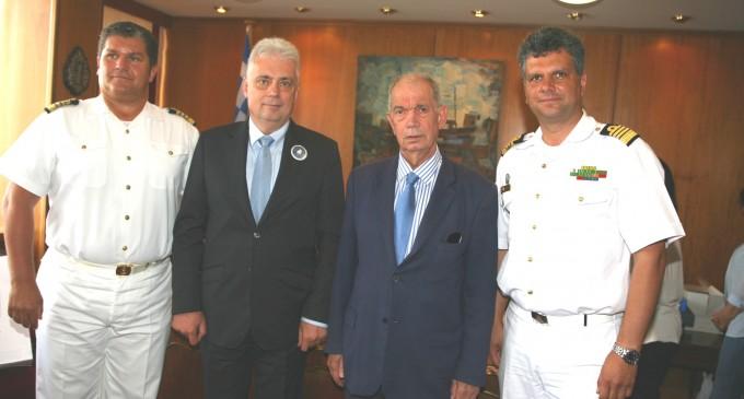 Εθιμοτυπική επίσκεψη αντιπροσωπείας αξιωματικών Ρουμανικού εκπαιδευτικού πολεμικού πλοίου στον Πρόεδρο του Δ.Σ. Πειραιά Γ.Δαβάκη