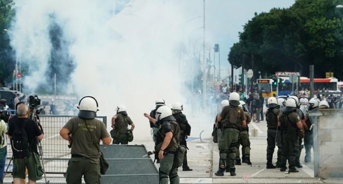 Επίθεση κατά βουλευτή του ΣΥΡΙΖΑ για το Μακεδονικό – Συγκρούσεις με τα ΜΑΤ και χημικά