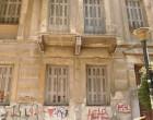 Κατέρρευσε τοίχος εγκαταλελειμμένου κτιρίου στον Πειραιά (αποκλειστικές φωτο)