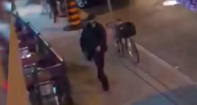 Βίντεο σοκ από την επίθεση στο Τορόντο: Δείτε τον μαυροφορεμένο δράστη να ανοίγει πυρ στην ελληνική συνοικία!