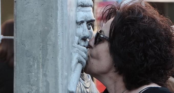 Με επικεφαλής τους γονείς του Παύλου Φύσσα η πορεία για τα πέντε χρόνια από τη δολοφονία του