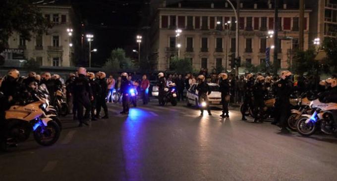 Επίθεση με μολότοφ στο Α.Τ. Ομόνοιας – Τέσσερις αστυνομικοί τραυματίες