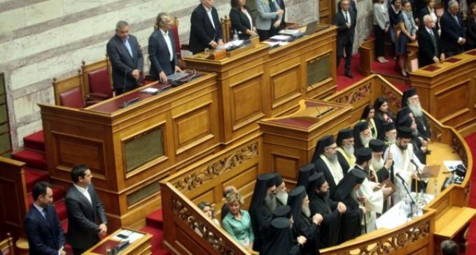Αγιασμός στη Βουλή: Το δημοψήφισμα στην ΠΓΔΜ κυριάρχησε στα «πηγαδάκια» των βουλευτών