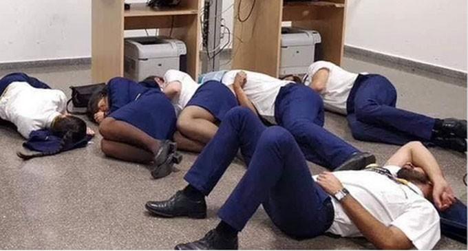 Πλήρωμα της Ryanair κοιμήθηκε στο πάτωμα αεροδρομίου ‑ Δεν τους έκλεισαν ξενοδοχείο