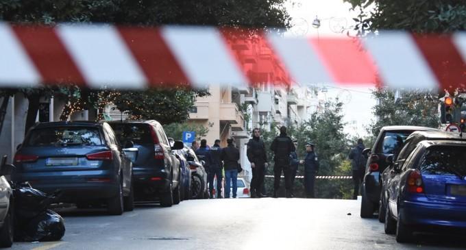 Κολωνάκι: Έκρηξη έξω από τον Άγ. Διονύσιο – Τραυματίστηκαν ένας αστυνομικός και ο νεωκόρος του ναού