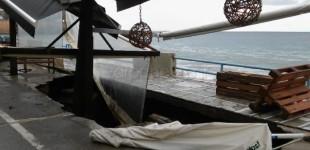 """Ο δρόμος βούλιαξε και """"κατάπιε"""" καφετέρια – Απίστευτες εικόνες στο Κουμ Καπί"""