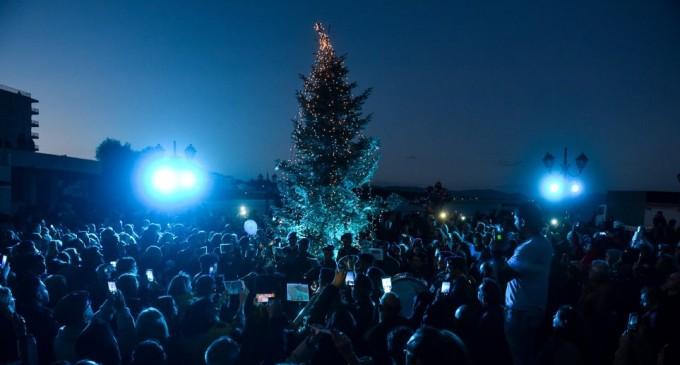 Άναψε το χριστουγεννιάτικο δέντρο στο πυρόπληκτο Μάτι