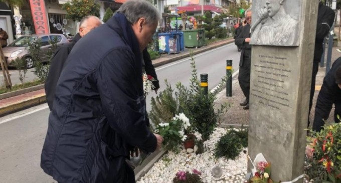 ΓΙΑΝΝΗΣ ΣΓΟΥΡΟΣ: Επισκέφθηκε το Κερατσίνι και άφησε λουλούδια στη μνήμη του Παύλου Φύσσα