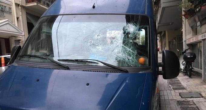 Επίθεση σε βαν της ΕΛΑΣ έξω από την ΑΣΟΕΕ – Αστυνομικός πυροβόλησε στον αέρα
