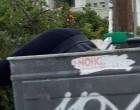 Εικόνα από την Ελλάδα του 2019: Νεαρή κάνει βουτιά σε κάδο σκουπιδιών, ψάχνοντας για φαγητό
