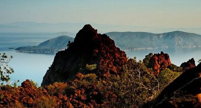 Κι όμως, μια ανάσα από την Αθήνα υπάρχει ενεργό ηφαίστειο – Στα πανέμορφα Μέθανα
