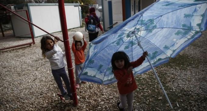 Σαλαμίνα: Δύο συλλήψεις για απειλή και εξύβριση μετανάστη