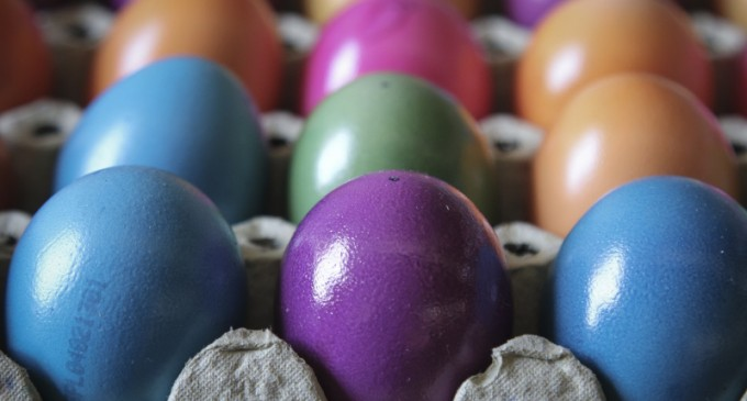 Βαφτίζουν ελληνικά, αυγά και αμνοερίφια ενόψει Πάσχα