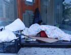Άστεγοι κοιμούνται έξω από καταστήματα –ΕΙΚΟΝΕΣ ΛΥΠΗΣ