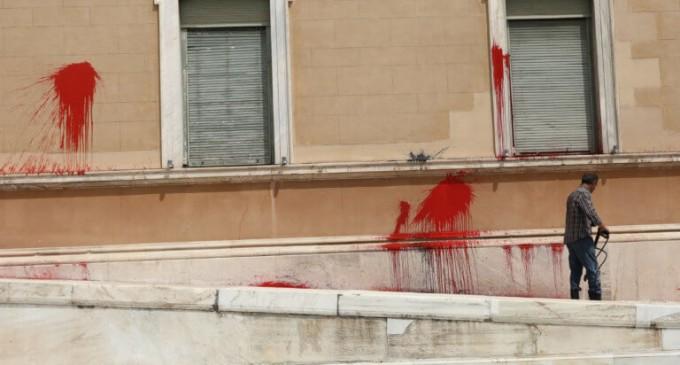 Επίθεση στη Βουλή: Ελεύθερο το μέλος του Ρουβίκωνα που είχε συλληφθεί