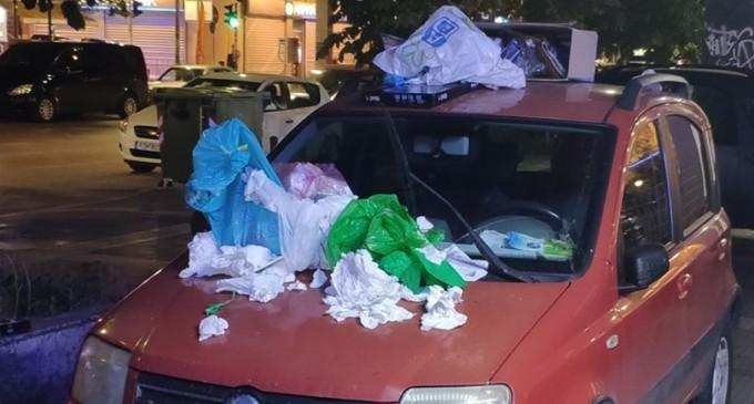 Αντί για κλήση γέμισαν με σκουπίδια το παράνομα παρκαρισμένο ΙΧ