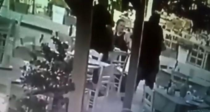 Υπάλληλος ταβέρνας σώζει πελάτη που πνίγεται με τη λαβή Χάιμλιχ