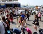 Μαζική έξοδος των εκδρομέων από το λιμάνι του Πειραιά!