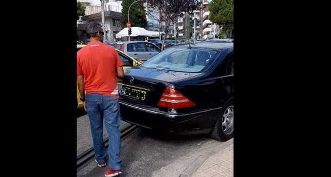 Οδηγός στην Γλυφάδα πάρκαρε την Mercedes στην γραμμή του τραμ, την κλείδωσε και έφυγε