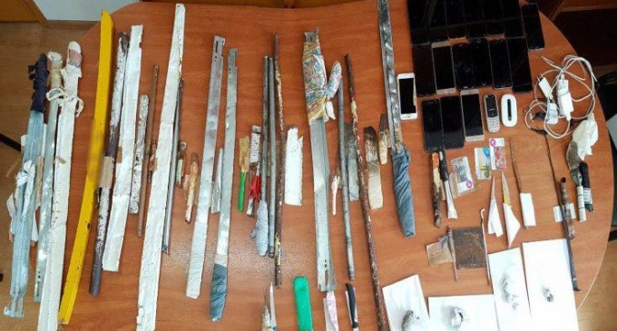 Φωτογραφίες από τα σπαθιά και τα μαχαίρια που βρέθηκαν στις φυλακές Αυλώνα