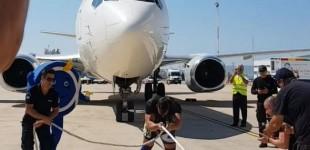 ΕΚΑΜίτης τραβάει μόνος με σχοινί Boeing 737 στο Ελευθέριος Βενιζέλος (βίντεο)