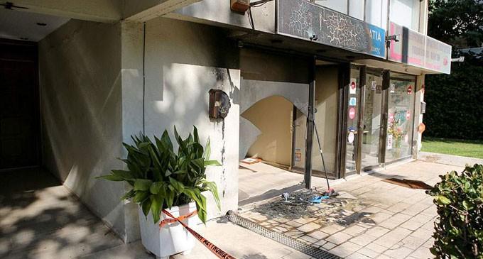 Έκρηξη εμπρηστικού μηχανισμού τα ξημερώματα στα γραφεία της ΝΔ στην Πεύκη (φωτο)