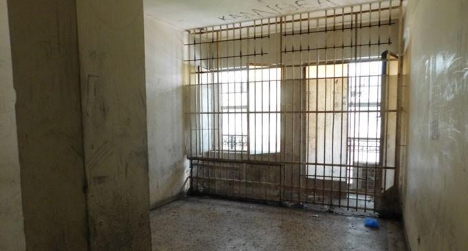 «Ασφυξία» στα κρατητήρια της Αστυνομικής Διεύθυνσης Πειραιά – Ομάδες αλλοδαπών χωρίς έγγραφα παραμονής κυκλοφορούν στην πόλη