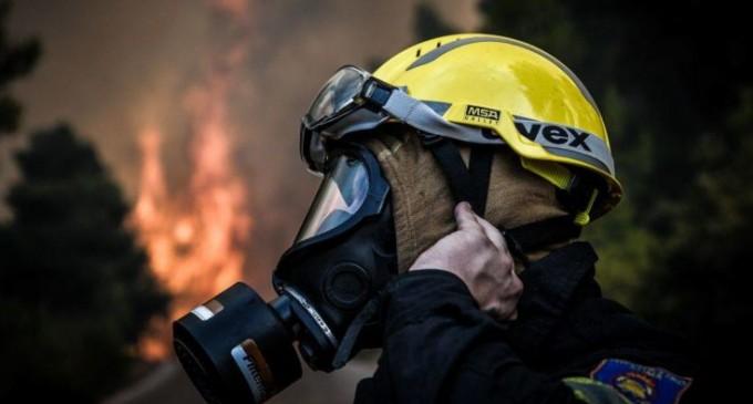 Πολύ κοντά σε σπίτια η φωτιά στη Σαρωνίδα