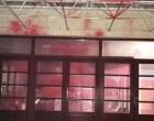Φωτογραφίες και βίντεο από την επίθεση με μπογιές στο δημαρχείο Πεντέλης (Βίντεο και φωτό)