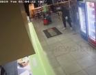 «Τελείωνε μ@ρη»! Η στιγμή της ληστείας στην πιτσαρία (βίντεο)