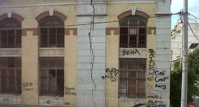Ανοιχτός ο δρόμος στην Ομηρίδου Σκυλίτση – Ο Δήμος Πειραιά έχει υποβάλλει μηνυτήρια αναφορά κατά των ιδιοκτητών του κτηρίου που υπέστη ρωγμές