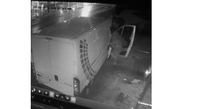 ΑΠΟΚΛΕΙΣΤΙΚΟ: «Μπούκαραν» με φορτηγό σε κατάστημα στον Πειραιά και άρπαξαν ποδήλατα!