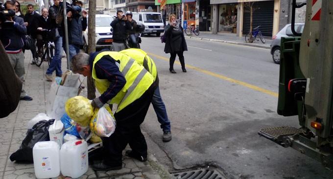Δημοτικός υπάλληλος βρίσκει «θησαυρούς» στα σκουπίδια και τους παραδίδει