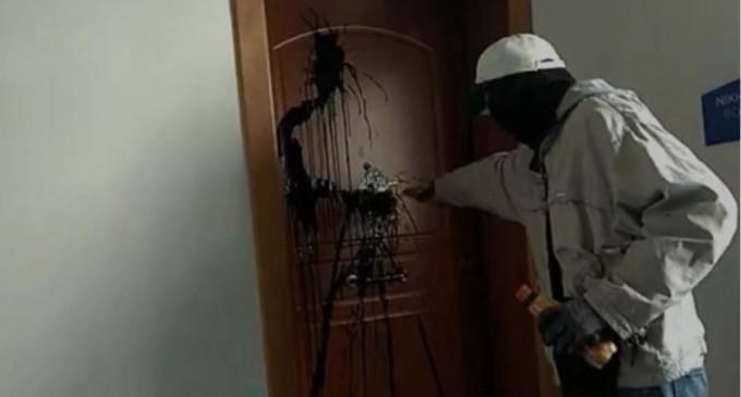 Ρουβίκωνας κατά Κεραμέως – Επίθεση με μπογιές στο γραφείο της