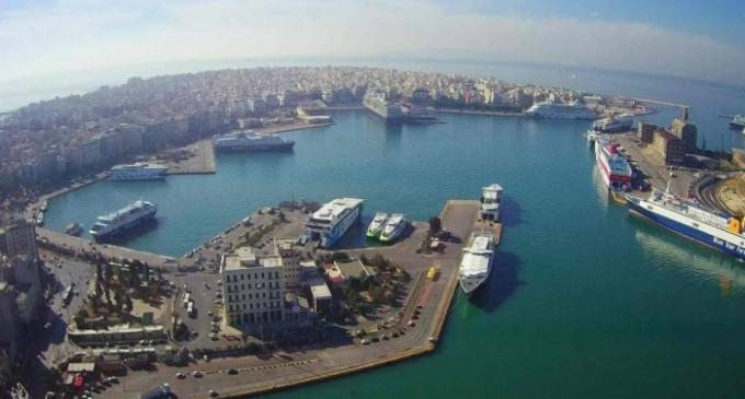 Συναγερμός στον Πειραιά: Αυτοκίνητο έπεσε στη θάλασσα- σώος ο οδηγός