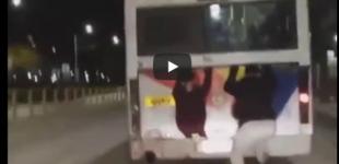 Η νέα επικίνδυνη «μόδα»: Κρεμάστηκαν σε εν κινήσει λεωφορείο (βίντεο)
