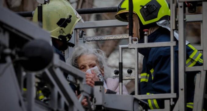 Καρέ-καρέ ο απεγκλωβισμός γυναικών από τη φωτιά στο Παλαιό Φάληρο