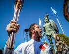 Ο Τζέραλντ Μπάτλερ άναψε την Ολυμπιακή Φλόγα με «This is Sparta» και η λαμπαδηδρομία σταματά (βίντεο)