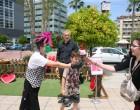 Ο Δήμος Πειραιά προσέφερε τριαντάφυλλα στις Πειραιώτισσες μητέρες στο πλαίσιο της Παγκόσμιας Ημέρας της Μητέρας