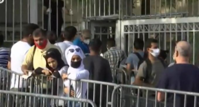 Ουρές και συνωστισμός έξω από την Υπηρεσία Ασύλου στην Κατεχάκη