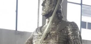 Άγαλμα του Κωνσταντίνου Παλαιολόγου στον Πειραιά