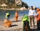Εργασίες καθαρισμού στην παραλία «Βοτσαλάκια» από τον Δήμο Πειραιά